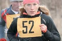 Nejrychlejší ženou na trase Lestkovského okruhu byla Lucie Pasevová, osmnáctiletá běžkyně ze Slavie Chomutov má šanci i na celkové vítězství v kategorii Zimního běžeckého poháru. Na snímku běží v závěsu litvínovský veterán Vlastimil Hradecký.