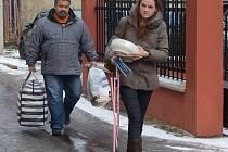 S POMOCÍ ZA POTŘEBNÝMI. Sociální pracovníci chomutovského magistrátu jdou předat tašky s oblečením lidem, kteří ho potřebují.