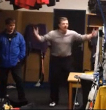 Trenér kláštereckých hokejistů Michal Jäger drsně domlouvá svým svěřencům.