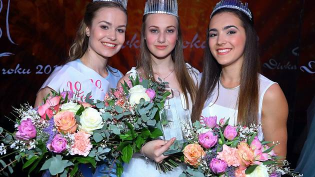 Titul Dívka roku vybojovala čtrnáctiletá Valerie Hlinovská z Chomutova (uprostřed)