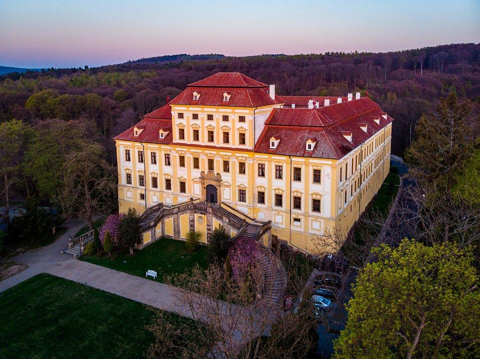 Letecký pohled na Zámek Červený Hrádek u Jirkova v době svítání.
