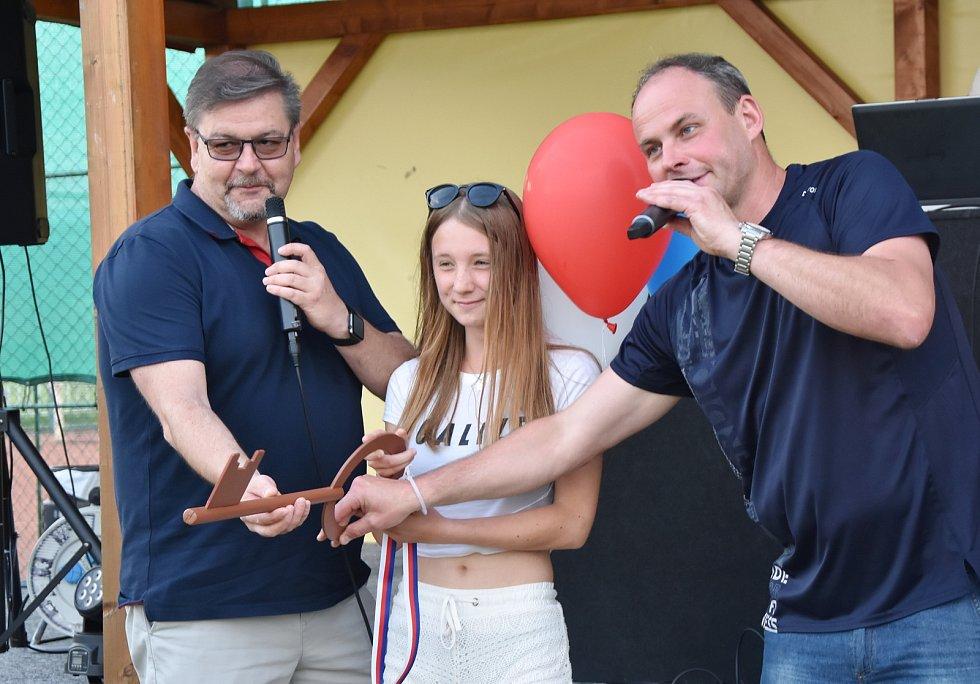 Sportovní areál pro novou sezónu odemkl hejtman Ústeckého kraje Jan Schiller se starostou Strupčic Luďkem Pěnkavou. Na pomoc si vzali něžnou dívku - Lucii Burdovou z Jirkova.