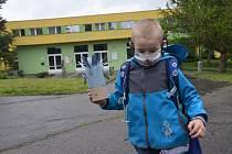 """Po """"prvním"""" školním dni. Děti z prvního stupně základních škol se po koronavirové pauze mohly vrátit do lavic."""