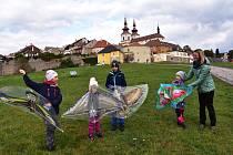 Lidé vyrazili během víkendu 17. a 18. října do přírody na hrad Hasištejn, konal se také bleší trh v Málkově, v Kadani na nábřeží Maxipsa Fíka se sportovalo a pod hradbami v Kadani pouštěly děti draky.