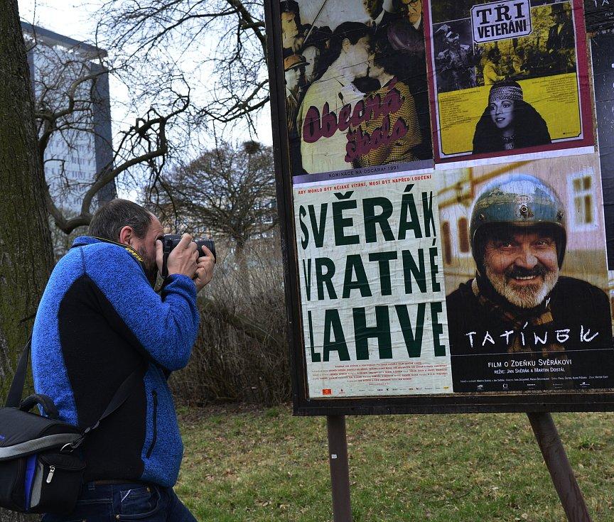 K 85. narozeninám Zdeňka Svěráka vylepili v Chomutově u divadla plakáty s filmy.