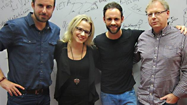 Zleva Miroslav Hrabě, vedoucí kina, Michael Foret a Miloslav Šmídmajer.