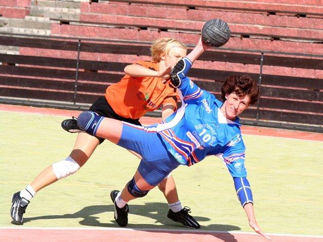 Hráčka SK Chomutov NH (v modrém) během zápasu.