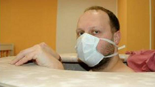 NE, NEBOJTE SE, nemám prasečí chřipku. Rouška mne chrání před dusíkem, který mé tělo zahalil stoosmdesátistupňovým mrazem.
