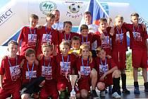 STŘÍBRNÍ fotbalisté Junioru Chomutov U12 s medailemi a pohárem.