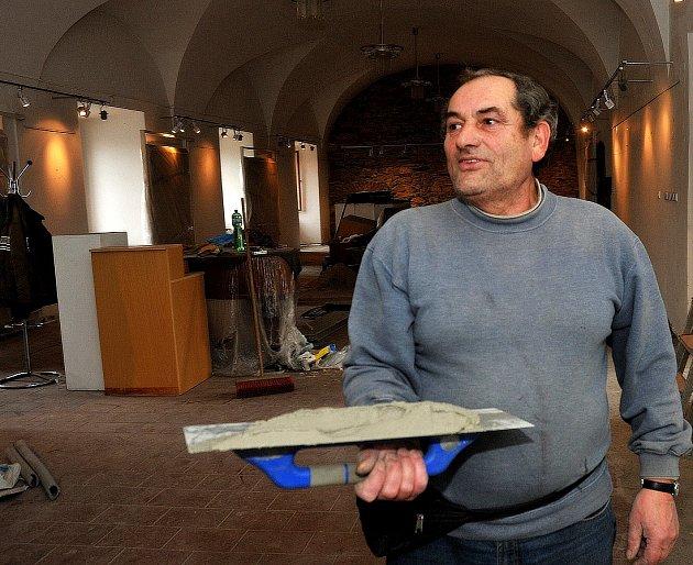 Zedník Vladimír Kraus je jeden z dělníků, který dává galerii do kupy. Rekonstrukce potrvá ještě celý březen, už v dubnu ale budou moci návštěvníci obdivovat plánovanou výstavu fotografií.
