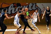 Basketbaloví junioři BK Chomutov (v bílém), doma porazili jak Opavu, tak Olomouc a jsou zpět ve hře o postup.