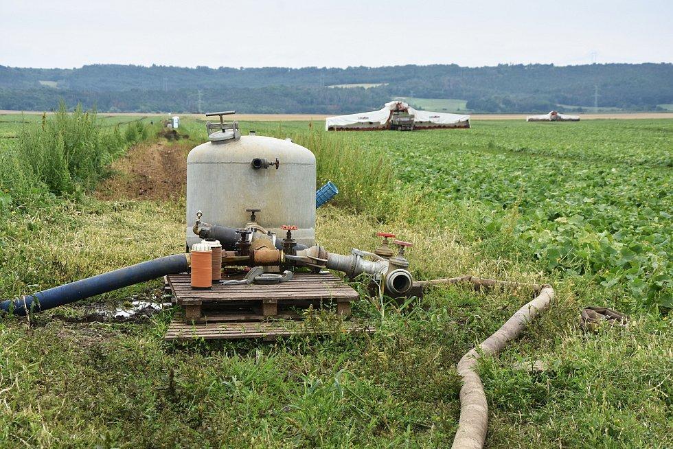 Srdce zavlažovacího systému v Račeticích. Technologie se podobá často skloňované izraelské kapkové závlaze, díky které je možné i při nedostatku vody provozovat vysoce intenzivní zemědělství.