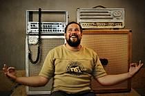 Před šesti lety začal Roman Kraus z Klášterce nad Ohří vyrábět reproboxy pro kytaristy. Založil si firmu Coffee Audio a jejich hudební aparáty nyní používají muzikanti z předních českých kapel jako Lucie.