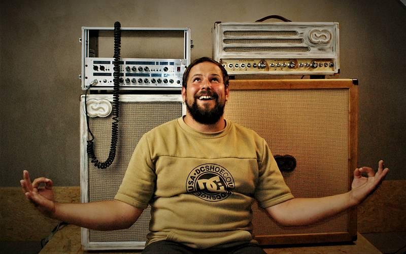 Před šesti lety začal Roman Kraus z Klášterce nad Ohří vyrábět reproboxy pro kytaristy. Založil si firmu Coffee Audio a jejich hudební aparáty nyní používají muzikanti z předních českých kapel jako Lucie. Vychvalují si je také producenti z Kanady, USA, An