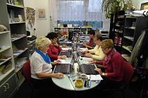 Senioři na Chomutovsku se učí s počítačem díky grantu Nadace ČEZ.
