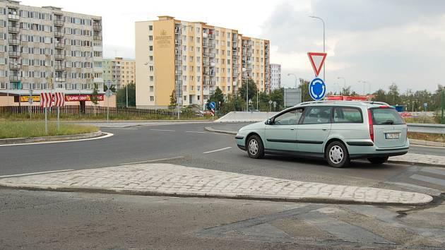Ostrůvky kruhového objezdu, na které řidiči nadávají.