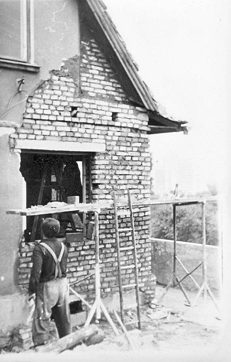 V Lipské ulici najel tank do domu. Rodina si museli jeho část dostavět.