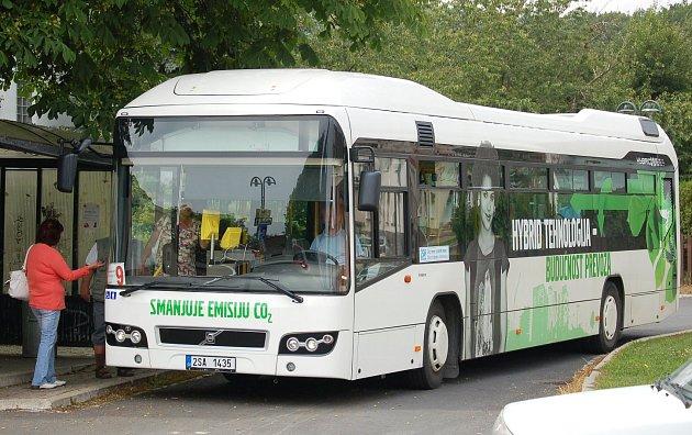 Včera jezdil nový autobus linku č. 9. Nebýt reklamního polepu, zvenčí by cestující rozdíl ani nepoznali.