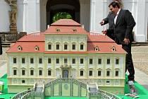 Na nádvoří zámku byl vidět model Červeného hrádku, který bude vystaven v německém parku miniatur.