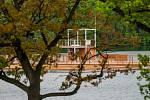 "Kamencové jezero, nové molo a ""kajuta"" plavčíka"