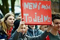 Studenti se připojili k výstražné stávce na stovkách českých a moravských škol. Takto projevili svůj názor například mladí na gymnáziu v Mostě