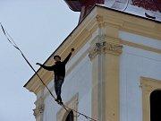 Provazochodec vyšel z věže kostela Povýšení svatého kříže.