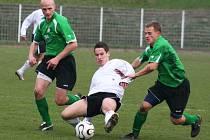 Fotbalisté FC Chomutov na domácím trávníku porazili Horní Měcholupy 1:0. Na snímku zastavují akci jednoho z hostů chomutovští Tomáš Heřman (vlevo) s Pavlem Heierem.
