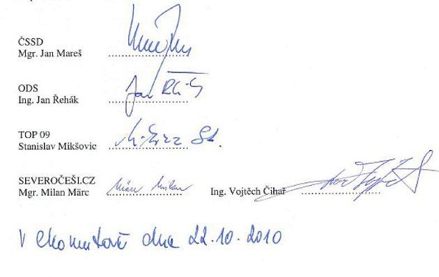 Podpisy zástupců nové koalice pod Smlouvou o spolupráci.