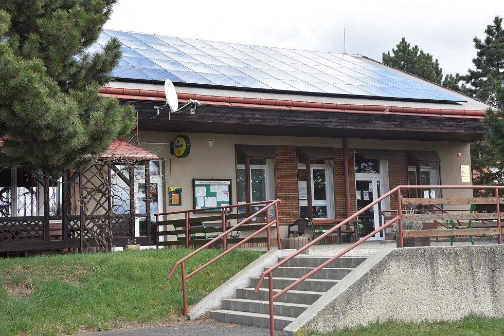 Hrušovany fandí alternativním zdrojům energie. Solární panely jsou na několika obecních budovách včetně obchodu.