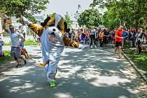 Závodníky na trase podporuje maskot závodu, svérázný Bohouš