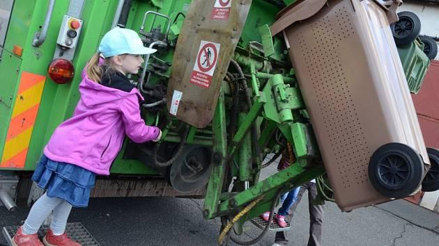 Děti z mateřské školky v Písečné ulici si na exkurzi v Technických službách mohly osahat různou techniku.
