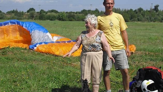 Po seskoku. Na tryskáč ale podle adrenalinové babi paragliding nemá.