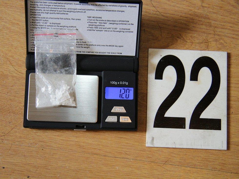 Kriminalisté zajistili efedrin, předměty na výrobu drog, střelné zbraně, peníze, čtyřkolku a Audi A4