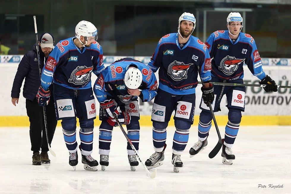 S výškou 192 cm a váhou 89 kg budí Stanislav Dietz (vpravo) na ledě respekt. U Pirátů je na hostování z Litvínova do konce sezony.