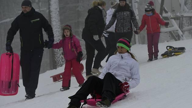 V lyžařském středisku Alšovka u Měděnce bylo i přes jeho uzavření kvůli opatřením proti šíření koronaviru plno.