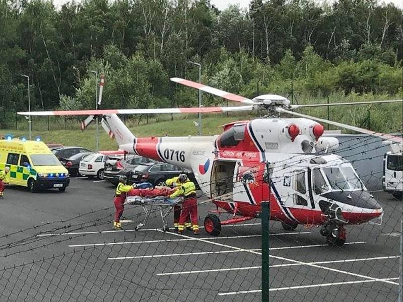 Zraněnou ženu transportoval do nemocnice vrtulník