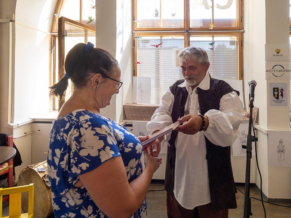 Petr Himmel v Chomutově pokřtil svou první knihu pojednávající o historii Krušnohoří a okořenil ho i o autorské čtení.