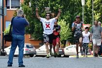 Milan Dzuriak vbíhá na náměstí v Jirkově. Druhá cesta proti bolesti začala.