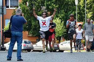 Cesta proti bolesti 2016. Milan Dzuriak vbíhá na náměstí v Jirkově.