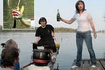KŘEST. Dračí loď chomutovských kanoistů při prvním spuštění na vodu symbolicky pokřtila primátorka Ivana Řápková. Na vloženém snímku dračí hlava koupené lodi.