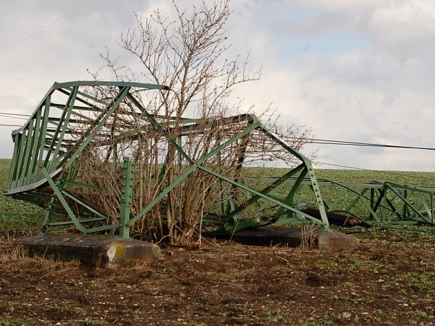 Zmuchlaný stožár. Sobotní silný vítr doslova zmuchlal jeden ze stožárů vysokého napětí nedaleko Hrušovan.