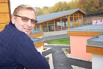 SMYSLUPLNÝ PROJEKT. Tak vnímá Domov pro klidné stáří Václav Kordulík, který ho postavil. Pohled z jednoho domku na společenskou budovu.