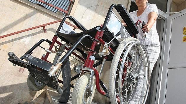 Pracovnice chomutovského magistrátu z oddělení ztrát a nálezů Alena Nováková ukazuje invalidní vozík, který před čtyřmi měsíci nalezli ve městě policisté. O vozík se zatím nikdo nepřihlásil.