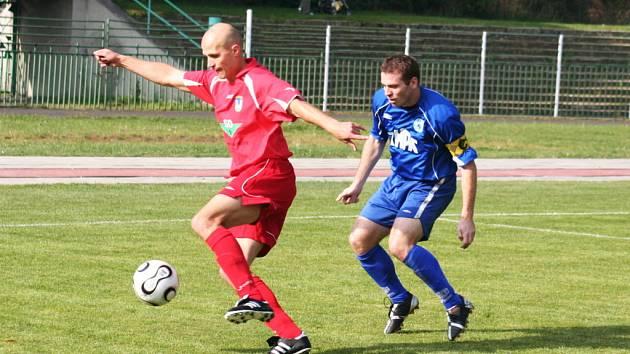 Snímky ze zápasu FC Chomutov (v modrém) se Sokolem Libiš.
