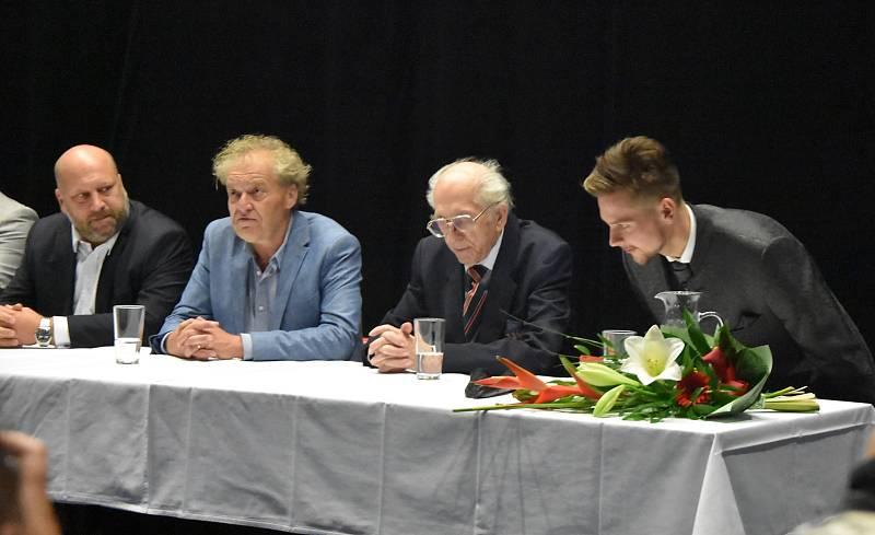 V Chomutově se uskutečnila první projekce filmu Praga pana Příhody. Na snímku zleva je chomutovský radní Jaroslav Komínek, režisér Juraj Šajmovič, sběratel Emil Příhoda a jeho mladý herecký představitel.