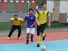 Utkání Sport baru Galaxie (ve fialovém) proti týmu Všehrd