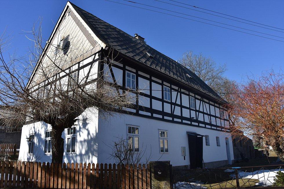 Hrázděný dům z 19. století v Radenově u obce Blatno.