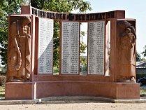 Na první pohled je památník dokončený. Lidem ale vadí opravovaná písmena.