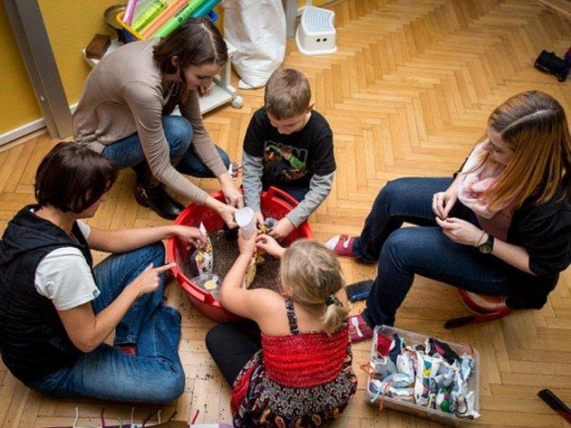 Děti pomáhají dívce vlastní prací.