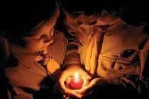 Betlémské světlo svírají v dlaních sourozenci Matěj a Johana Vrbasovi z chomutovského skautského střediska Český lev. Přijít si pro něj můžete i vy.